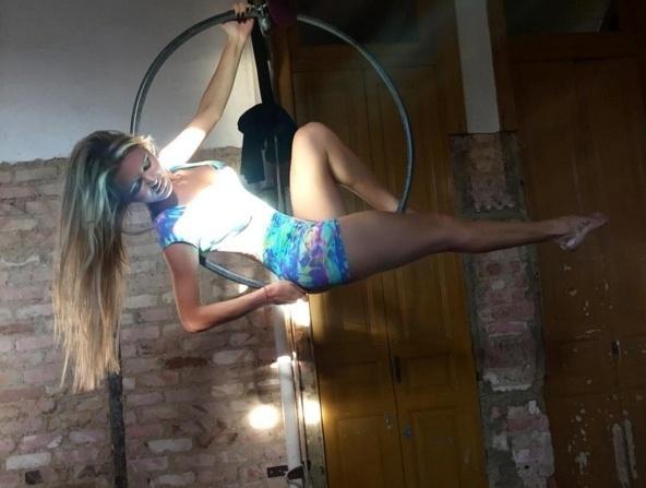 29.mar.2016 - A bela Thalita Zampirolli se esforça em atividades circenses para deixar o corpo tonificado