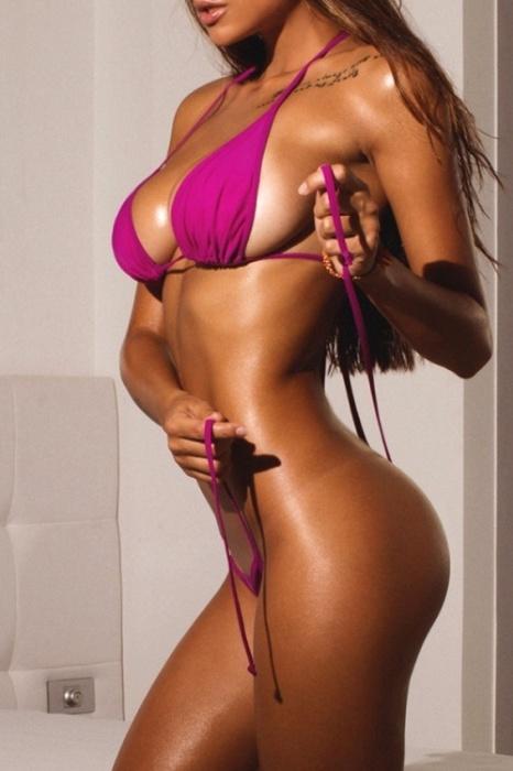 13.set.2015 - Com quase 1 milhão de seguidores nas redes sociais, a modelo russa Viki Odintcova, de apenas 21 anos, está fazendo cada vez mais sucesso nas passarelas e nos ensaios sensuais por toda a Europa. A fã de esportes aquáticos e surfista ocasional é apontada por muitos como a substituta de Irina Shayk, 29, no posto de mais bela modelo da Rússia