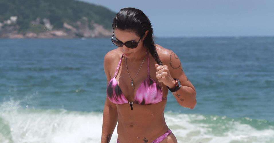 23.fev.2016 - Jaque Khury mostra ótima forma em biquíni na praia da Barra da Tijuca, no Rio de Janeiro