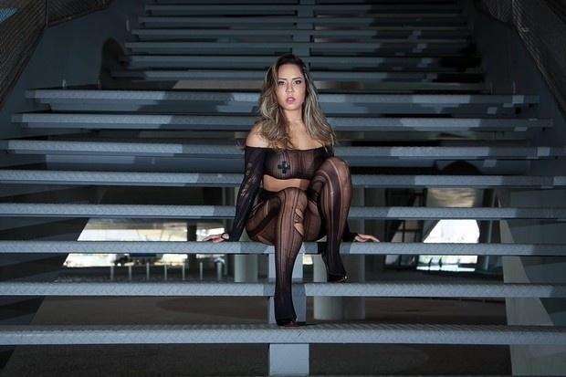3.mai.2016 - De topless, Renata Frisson - também conhecida como Mulher Melão - posou apenas com adesivos cobrindo os mamilos em um ensaio repleto de sensualidade. A beldade vai estrelar um ensaio nu para a revista Sexy do mês de junho