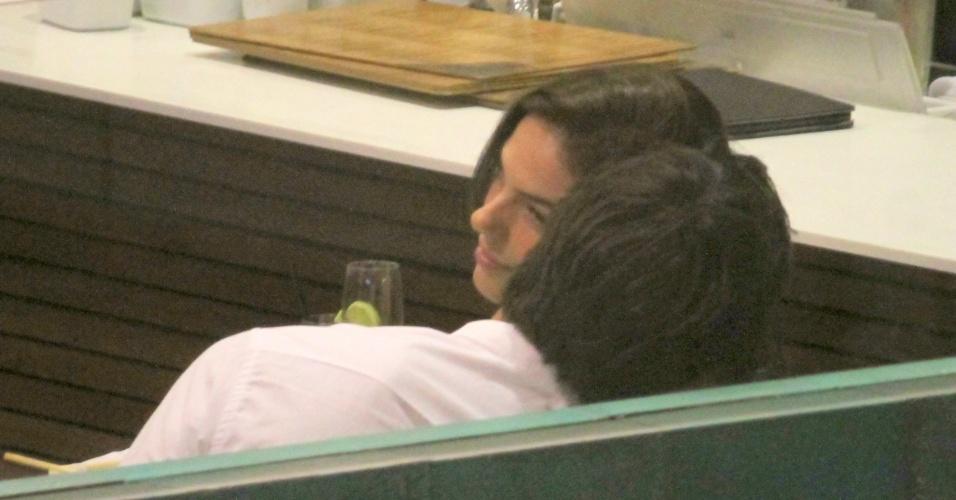 25.abr.2016 - Na noite desta segunda-feira, Isis Valverde foi fotografada pela primeira vez com o novo namorado, André Resende. A atriz e o modelo trocaram beijos apaixonados e carinhos durante jantar em restaurante de um shopping no Rio de Janeiro