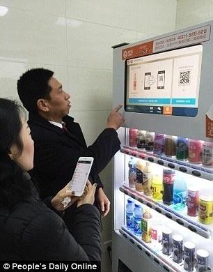 18.dez.2015 - É possível comprar bebidas e outros itens nas máquinas de vendas instaladas nos novos banheiros públicos de Pequim