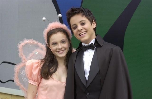 """2002 - Bia, interpretada por Cecília Dassi, e Zeca (Kayky Britto) em clima de Halloween na novela """"O Beijo do Vampiro"""""""
