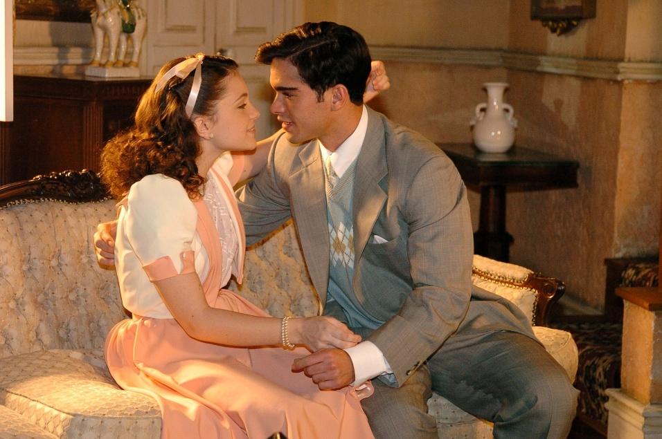 "2005 - Mirella (Cecília Dassi) e Felipe (Sidney Sampaio) comemoram permissão para o namoro na novela ""Alma Gêmea"""