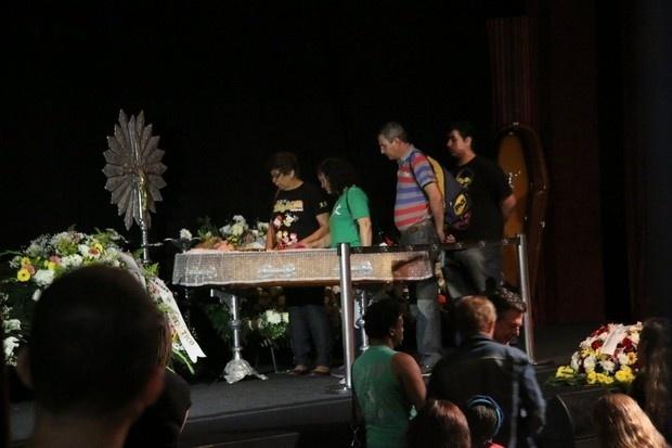 17.ago.2016 - Familiares, amigos e fãs se despedem de Elke Maravilha no Teatro Carlos Gomes, no Rio de Janeiro