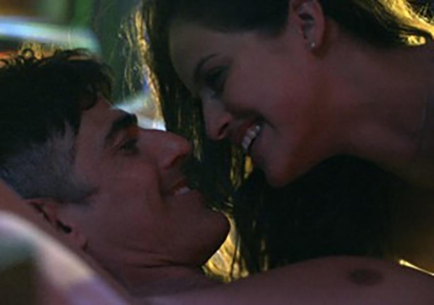 26.jun.2015 - Giovanna abusou de sua sensualidade e no primeiro encontro já chamou Anthony (Reynaldo Gianecchini) para o motel. Os dois transaram e o bonitão resolveu fazer uma proposta para a nova modelo: ''Já ouviu falar de book rosa?''.