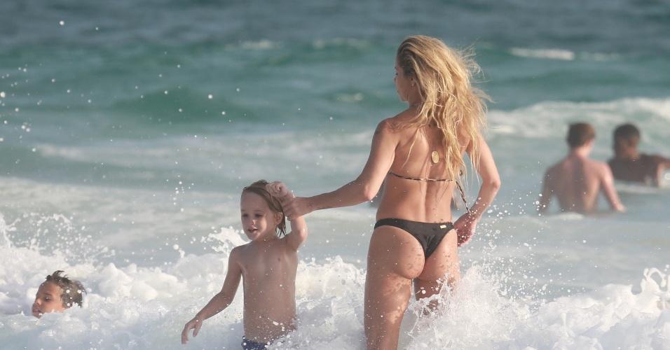 22.dez.2015 - Com os filhos Guy e Noah, a atriz Danielle Winits curtiu o mar na praia da Barra da Tijuca, no Rio de Janeiro, na tarde da segunda-feira (21)