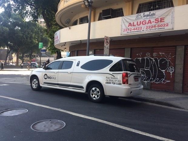 17.ago.2016 - Carro da funerária leva o caixão de Elke Maravilha ao Teatro Carlos Gomes, no centro do Rio de Janeiro, para a despedida de familiares, amigos e fãs