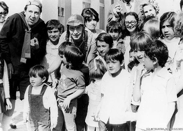 28.nov.2015 - Em homenagem recente a Roberto Bolaños, o intérprete de Chaves, que morreu há um ano em 28 de novembro de 2014, o site do SBT listou uma série de curiosidades e fotos antigas do ator. Na imagem, ele e parte do elenco da atração posa com crianças em foto dos anos 70