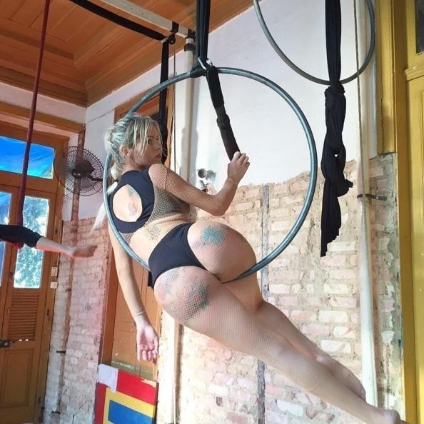 29.mar.2016 - Thalita Zampirolli pega pesado na malhação para manter o corpo. A bela, que sempre posta as fotos do dia de treino em sua conta no Instagram, brinca até de contorcionismo para treinar a elasticidade