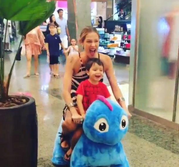 2.nov.2015 - Mãe de três, Luana Piovani deixou os gêmeos em casa e se divertiu com o primogênito, Dom, em um shopping do Rio de Janeiro. A atriz aparece andando em um carrinho com o filho em um vídeo publicado no Instagram