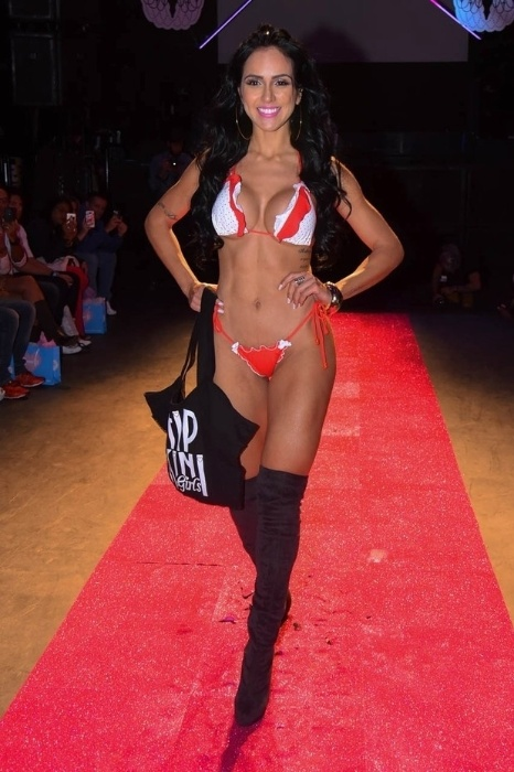 25.jul.2015 - Dai Macedo também marcou presença no desfile da marca Hipkini, em São Paulo. A modelo desfilou usando um biquíni bastante cavado