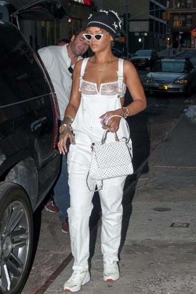 8.set.2015 - Rihanna usou um look bastante ousado ao fazer compras na última segunda-feira (7), em um bairro nobre de Nova York. No geral, o macacão branco da cantora de 27 anos até parecia bem comportado, mas um detalhe no top fez toda a diferença: a transparência na parte de cima da peça deixou em evidência os mamilos da cantora, que não estava usando sutiã