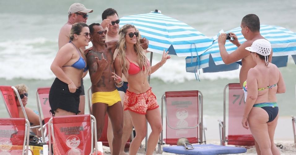 22.out.2015 - Fãs posam para foto com Karina Bacchi em praia no Rio de Janeiro. A loira foi à Barra da Tijuca com uma amiga, mas sem sol, não aproveitaram o mar