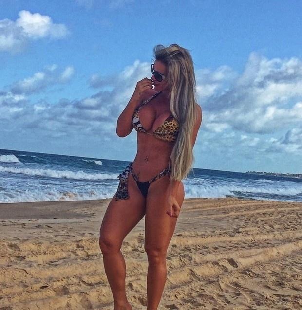 15.dez.2015 - Descansando na Paraíba, Denise Rocha - também conhecida como Furacão da CPI - exibiu as formas generosas de biquíni para os fãs admirarem no Instagram. Em uma das fotos, a beldade chama a atenção pela tatuagem que cobre a pele das costas