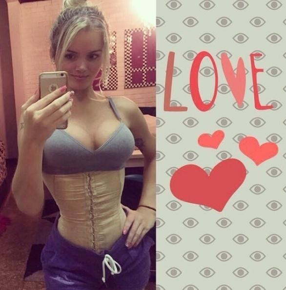 """6.mai.2016 -""""Meninas eu sempre estou postando sobre o projeto cinturinha de pilão e o que faço para ter a cintura fina. A cinta mod""""eladora cirúrgica é um aliado bem importante junto uma dieta regrada"""", escreveu Thalita Zampirolli no Instagram"""