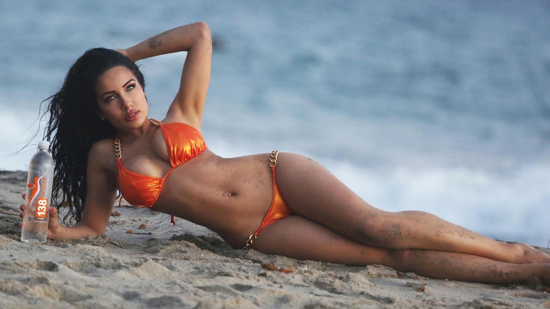 23.out.2015 - Beldade curvilínea sensualizou durante o ensaio, realizado em uma praia de Malibu, na Califórnia (EUA)