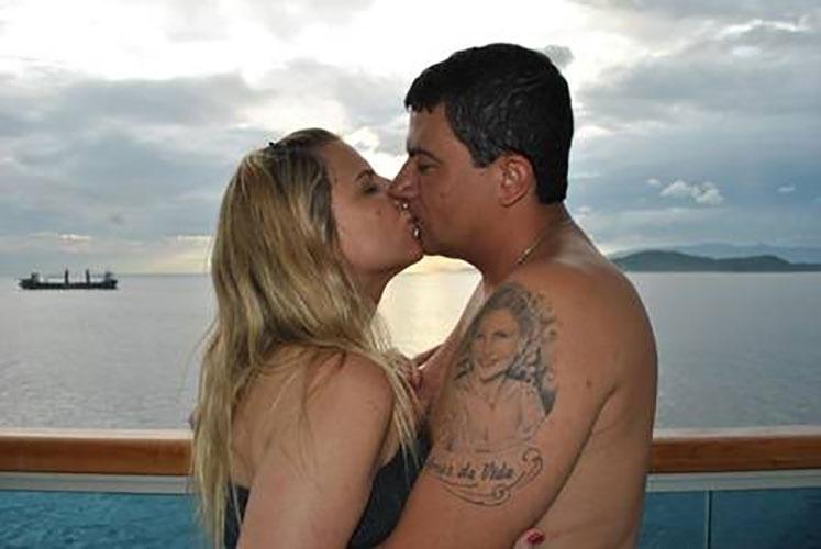 19.mai.2016 - Tom Veiga, intérprete do Louro José, está casado desde 2003 com a empresária Alessandra, de 39 anos. Cada um tem o rosto e nome um do outro tatuados