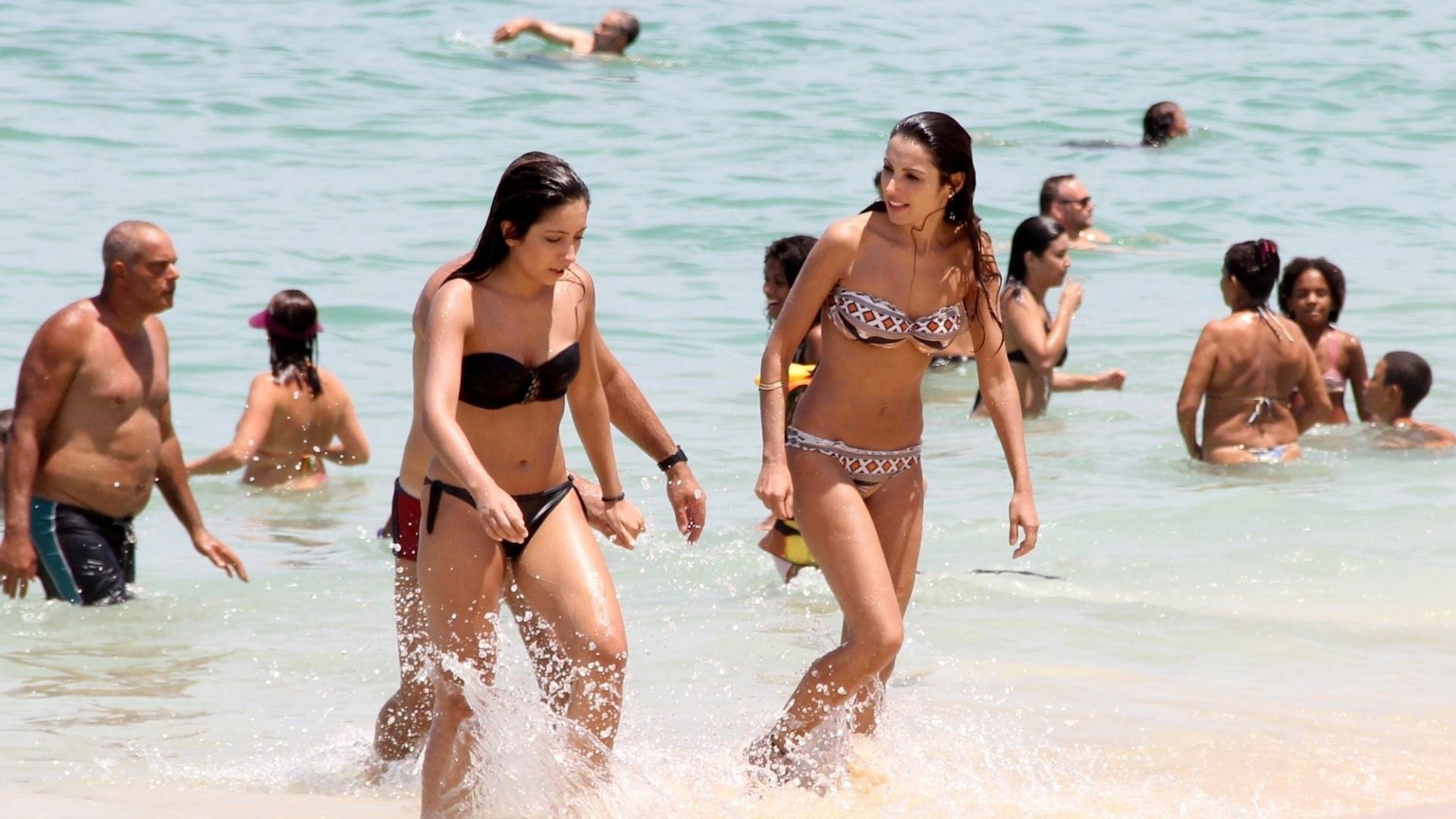 29.fev.2016 - Patrícia Poeta foi vista na praia da Barra da Tijuca, no Rio de Janeiro. De biquíni, a jornalista e apresentadora mostrou o corpo conseguido após adotar um novo estilo de vida, com exercícios e uma dieta que evita carboidratos e sobremesas