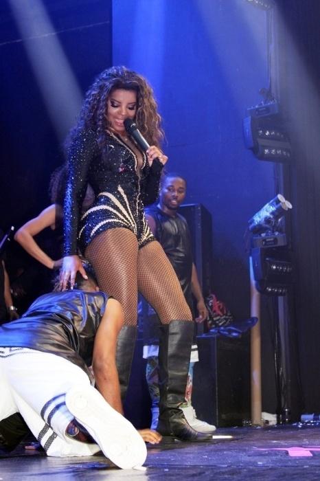 29.dez.2015 - Com look curtinho, Ludmilla sensualiza com bailarinos em show no Rio de Janeiro