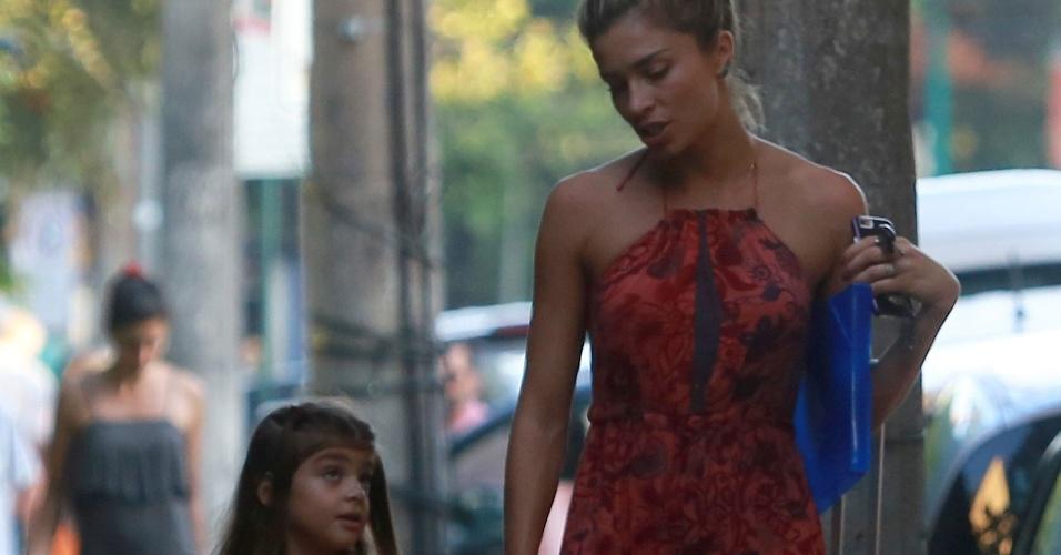 9.abr.2016 - Grazi Massafera se divertiu com a filha após buscar a pequena na escola, no Rio. A menina é fruto da união de Grazi com Cauã Reymond, os dois se separaram em outubro de 2014