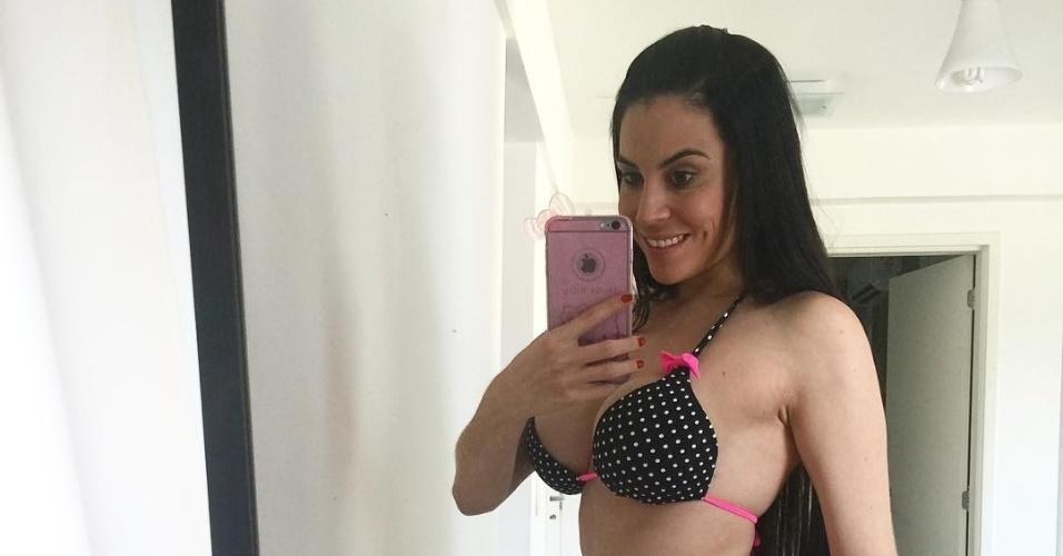 5.fev.2016 - Depois do banho de sol, Jéssica Amaral compartilhou uma selfie no espelho, mostrando todas a sua ótima forma
