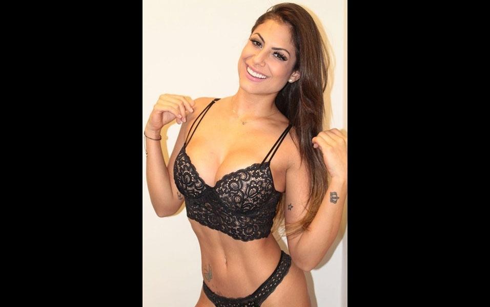 22.abr.2016 - A panicat Mari Gonzalez, que está lançando uma linha de lingerie, fez um ensaio exibindo as peças da coleção. De acordo com a gata, ela mesma foi quem criou todas as peças.