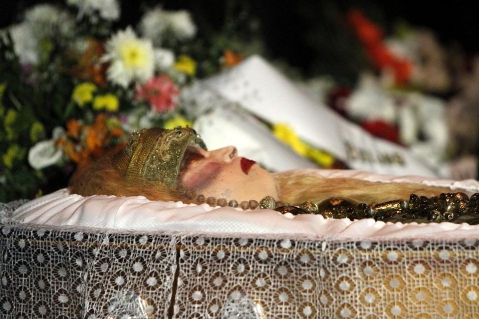 17.ago.2016 - Elke Maravilha morreu aos 71 anos nesta terça-feira (16) após ficar um mês internada após uma cirurgia para tratar uma cirurgia para tratar uma úlcera. A atriz está sendo velada no Teatro Carlos Gomes, no centro do Rio de Janeiro