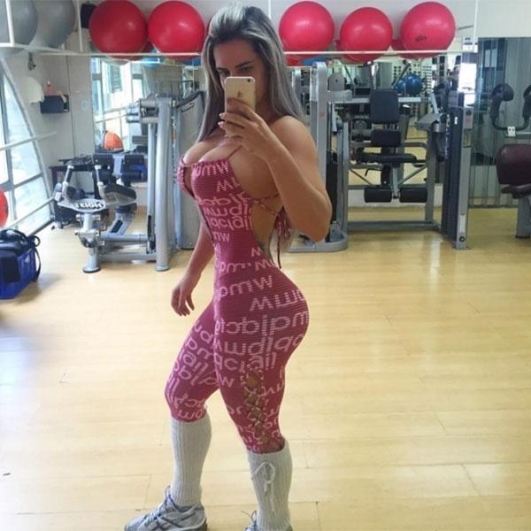 """20.mar.2016 - Ex-participante do reality """"A Fazenda"""", Denise Rocha está cada vez mais dedicada à rotina fitness. Após postar uma foto de macacão na academia, a gata chamou atenção pelo corpo escultural. A malhação parece que tem dado resultado, e vem agradando os fãs da musa. """"Usou e abusou da beleza"""", comentou um seguidor na imagem postada no Instagram. """"Você está cada vez mais maravilhosa"""", disse outro"""