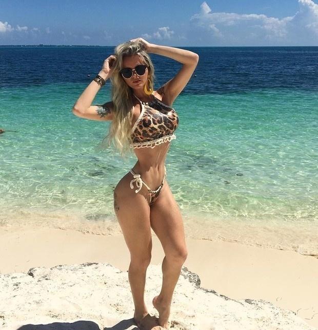 17.set.2016 - Usando um micro biquíni, a modelo transexual Thalita Zampirolli exibiu sua cinturinha e sua barriga chapada em foto postada nas suas redes sociais. A bela está aproveitando o calor em Cancún, no México
