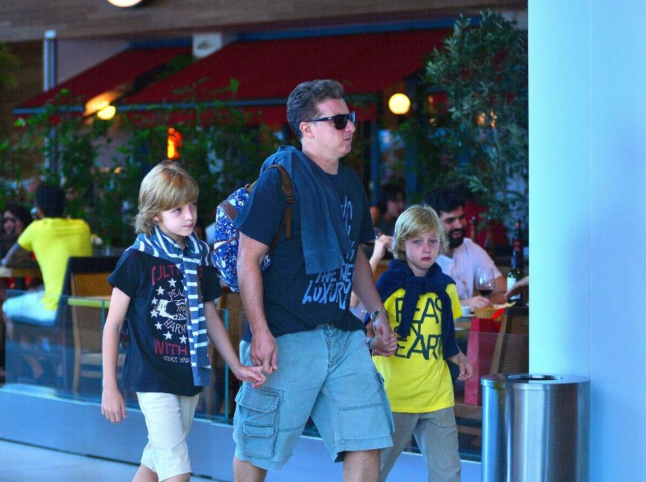 20.mar.2016 - Luciano Huck passeia de mãos dadas com os filhos - Joaquim (esq.) e Benício. Eles foram acompanhados da mamãe, Angélica, e Eva, a caçula da turma