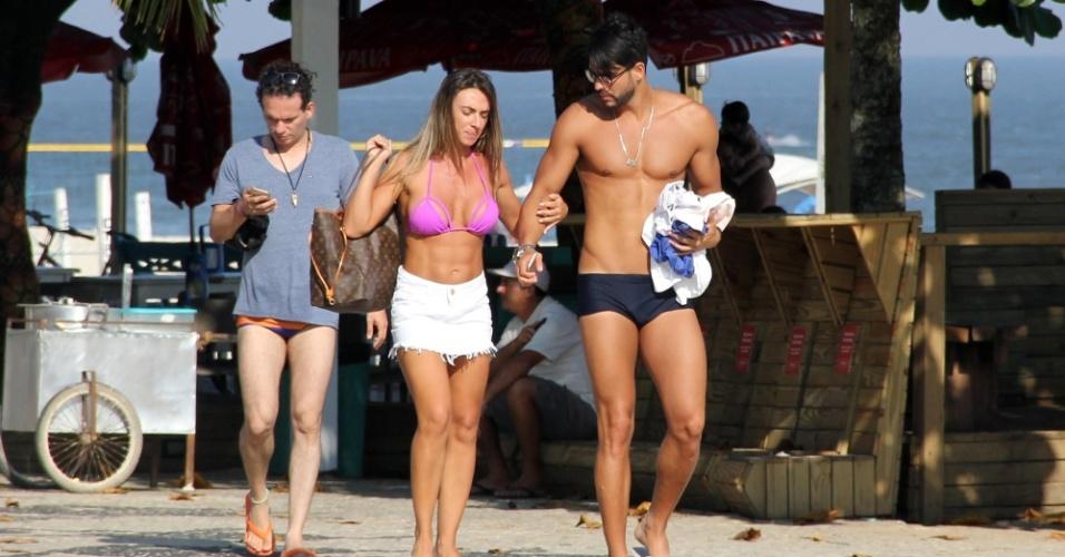 13.abr.2016 - Depois de um dia de praia, os noivos Nicole Bahls e Marcelo se despedem da areia e seguem juntinhos