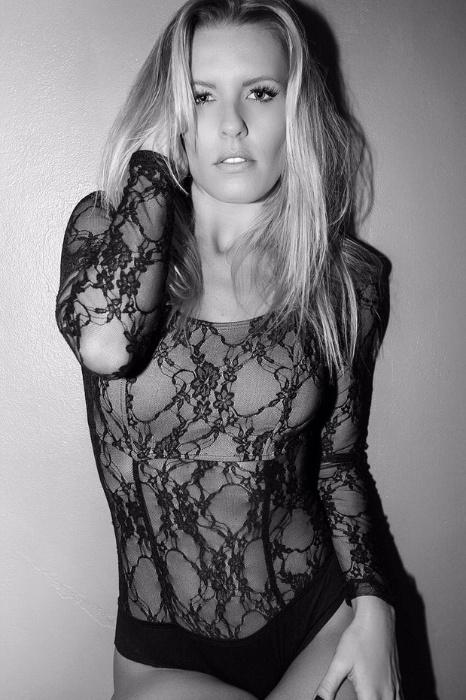 25.jun.2015 - Usando um collant de renda, Jú Valcézia sensualizou em um ensaio fotográfico