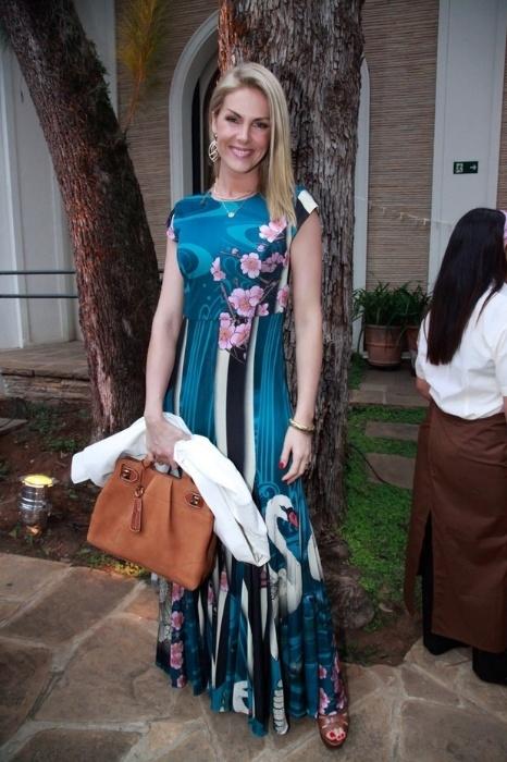 """26.out.2015 - A apresentadora Ana Hickmann compareceu ao evento de nove anos da revista """"Joyce Pascowitch"""" com um vestido longo com estampas florais"""
