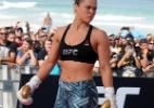 Ronda Rousey é vista treinando forte com equipe em praia da Califórnia