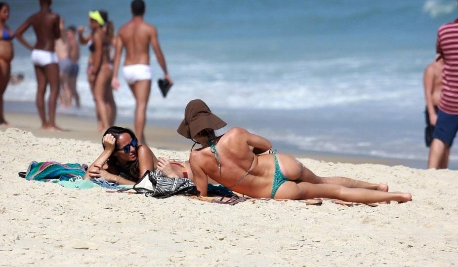31.out.2015 - Grazi Massafera retoca o bronzeado enquanto curte uma na zona sul do Rio de Janeiro