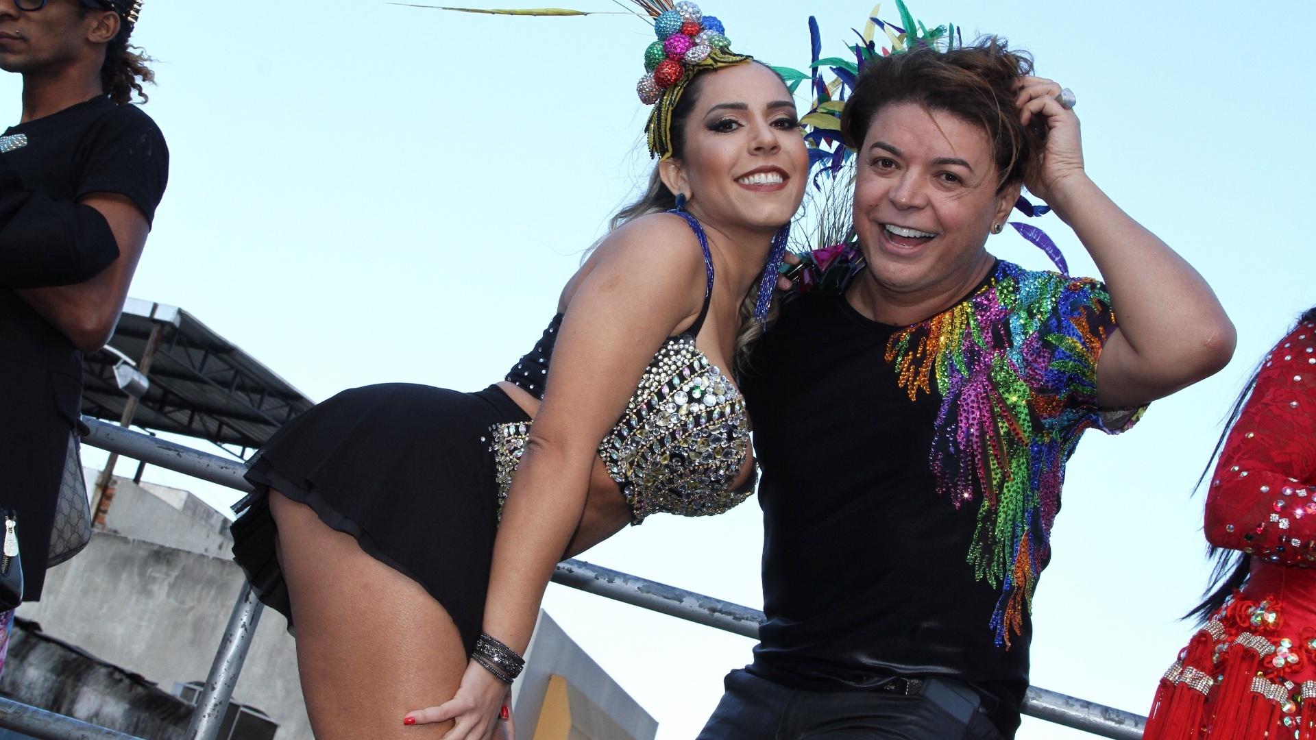 12.jun.2016 - Ao lado do amigo e promoter David Brazil, Mulher Melão chama a atenção com o bumbum empinado para a foto. Os dois participaram da Parada LGBT em Madureira, no Rio de Janeiro