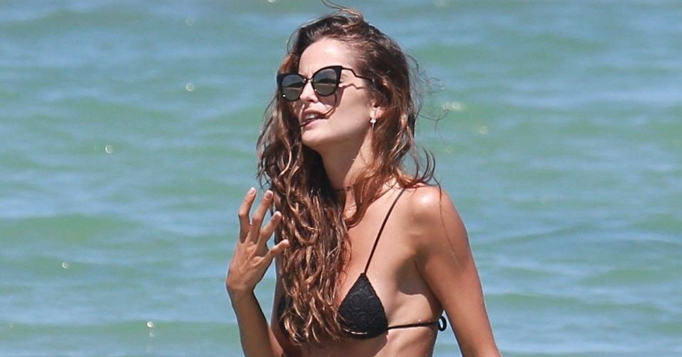 5.jan.2016 - A brasileira Izabel Goulart mostrou em Trancoso, na Bahia, porque é uma das modelos mais bem pagas do mundo. Contratada da Victoria's Secrets, a
