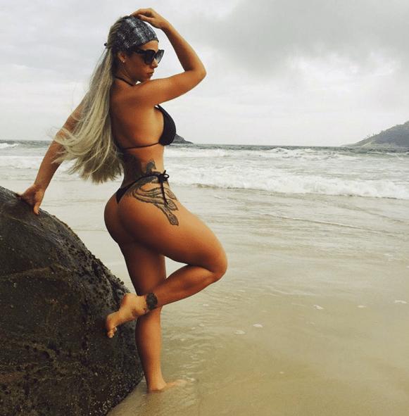 """4.nov.2015 - Denise Rocha, que ficou conhecida como a """"Furacão da CPI"""", mostrou aos seus seguidores do Instagram uma tatuagem ousada no bumbum: em fotos na beira do mar de uma praia do Rio de Janeiro, a beldade aparece com uma tattoo de fênix. """"RJ maravilhoso mesmo nublado"""", disse ela na legenda da imagem. Alguns dos 115 mil seguidores da gata comentaram a foto: """"Que sereia linda"""", disse um. """"Maravilhosa é você"""", comentou outro, relacionando o que Denise disse na legenda"""