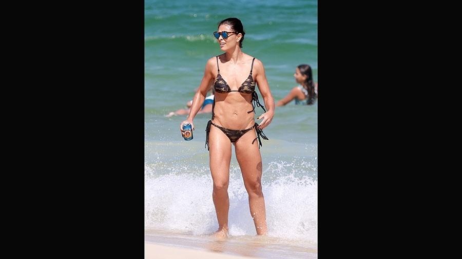 3.abr.2016 - Muito estilo! Juliana Paes usou óculos espelhados e um biquíni estampado que imitava camuflagem militar