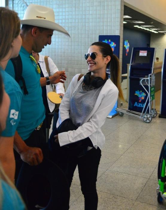 31.ago.2016 - Cleo Pires conversa com atletas paralímpicos no aeroporto Santos Dumont, do Rio de Janeiro