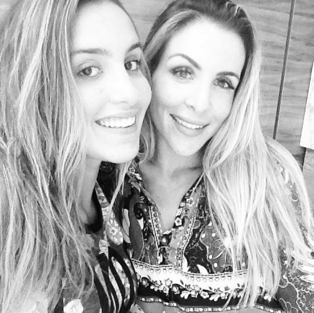 """3.ago.2015 - Joana Machado, modelo e vencedora do reality ?A Fazenda 4?, mostra em seu Instagram que é uma mãe coruja. A bela não cansa de postar fotos de sua filha, Ana Luiza, e enaltecer a beleza da jovem, que atualmente está com 16 anos. """"Sempre juntas"""", escreveu Joana na legenda da imagem"""