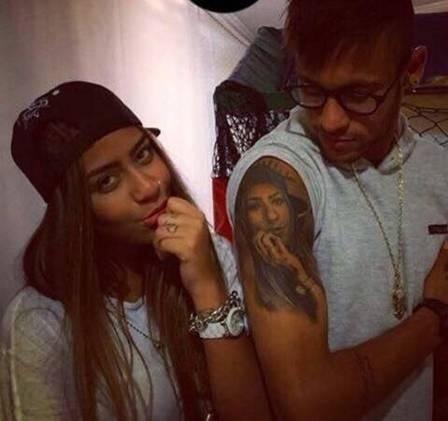 11.jul.2015 - No Instagram, Neymar posa ao lado da irmã Rafaella com o cordão de R$ 45 mil