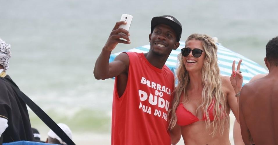 22.out.2015 - Fã tira selfie com Karina Bacchi em praia no Rio de Janeiro. A loira foi à Barra da Tijuca com uma amiga, mas sem sol, não aproveitaram o mar