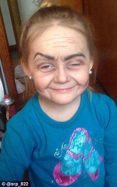 """8.jan.2016 -  Moradora de Ohio, nos Estados Unidos, Roey fez sucesso na internet após suas fotos viralizarem no Twitter. Ela foi maquiada pela tia e gostou de sua """"versão mais velha"""""""
