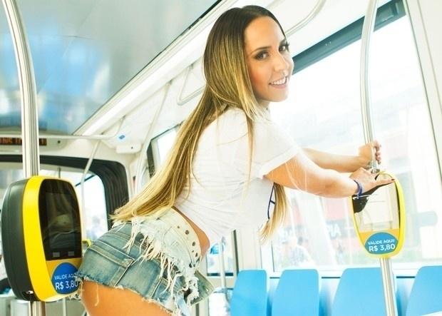 6.jun.2016 - Renata Frisson, também conhecida como Mulher Melão, participou de um test drive na inauguração do VLT (Veículo Leve sobre Trilhos) no Rio de Janeiro. Na ocasião, a funkeira roubou a cena com usou um short bem curtinho