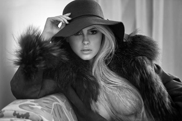 5.jul.2016 - Com um look glamuroso e de topless, Bárbara Evans arrasa em clique do fotógrafo JR Duran para a revista