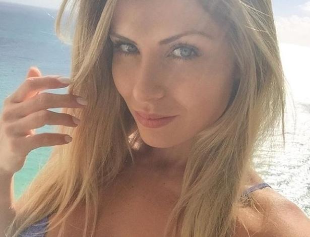3.jan.2016 - A ex-BBB Renatinha está compartilhando suas férias em Miami (EUA) com os seus fãs na internet. Em ótima forma, a gata está enlouquecendo os marmanjos com as fotos de biquíni e lingerie que postou em sua conta no Instagram. Hospedada em um apartamento com vista para o mar, a gata começou o ano novo com tudo