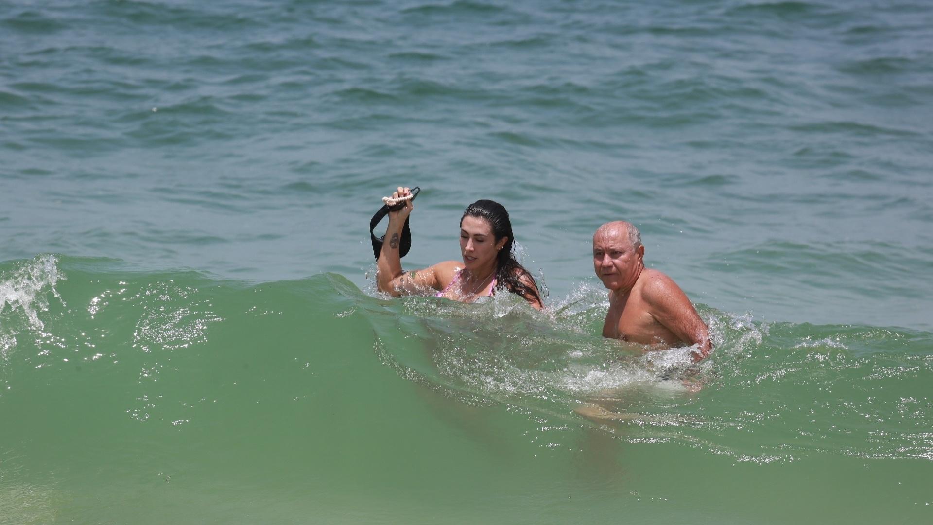 23.fev.2016 - A ex-BBB Jaque Khury não ligou para a presença do paparazzi e ainda sorriu para as fotos na praia da Barra da Tijuca, no Rio de Janeiro. Além de simpatia, a morena esbanjou boa forma ao mergulhar no mar de biquíni