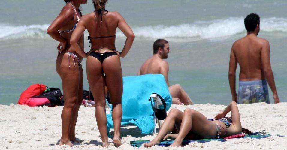 15.out.2015 - As atrizes Pérola Faria e Carol Guarnieri tomam um banho de sol na Barra da Tijuca, zona oeste do Rio de Janeiro. Depois de cuidar do bronzeado, as amigas foram se refrescar no mar